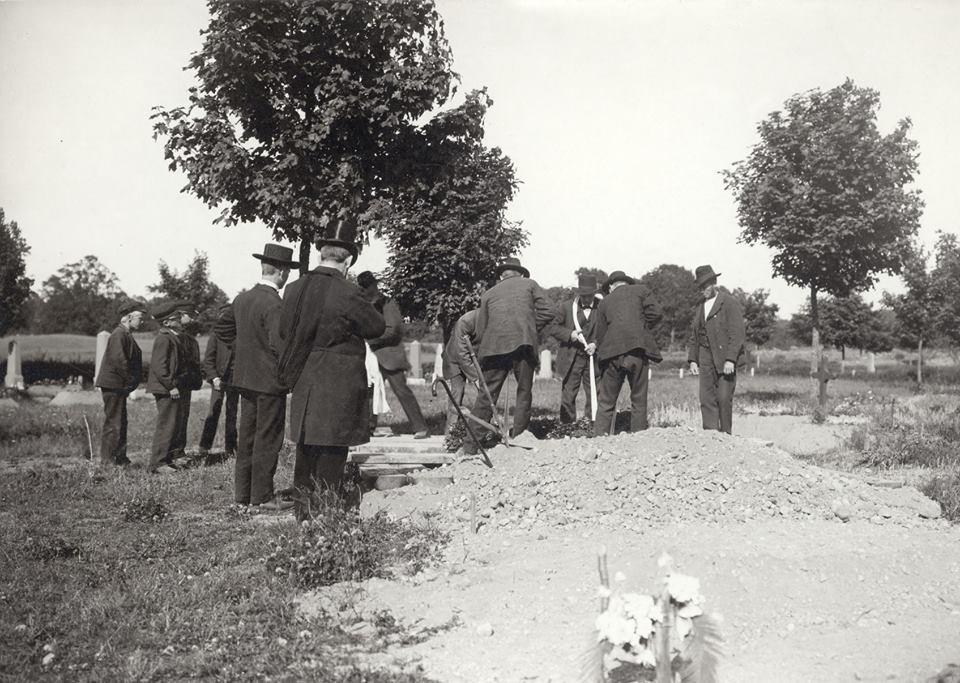 En fattig mans begravning 1904. Han var en fattig båtsman som hade tjänat i många år. Han hade inga släktingar så hans grannar följde honom till graven. Foto av Johan Emanuel Thorin.