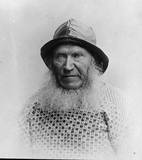 Om denna man vet vi inte mycket om men han ska enligt uppgift varit en fiskare från Bohuslän. Och nog ser han verkligen ut att vara en fiskare! Härlig tröja! Fotot taget någon gång mellan 1880-1930.